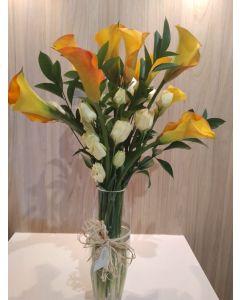 Florero con calas de colores y Lisianthus